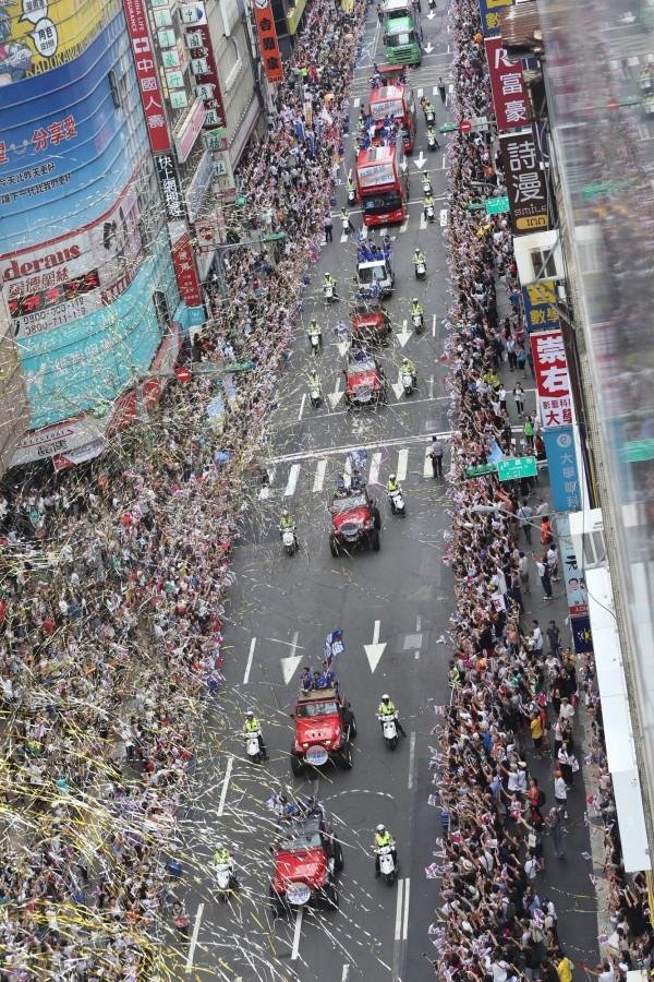 街道兩旁噴灑彩帶營造出「英雄谷」的氣氛,為選手們精彩的表現喝采,氣氛熱烈。(中央社)