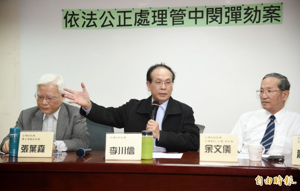 台灣北社等團體18日舉行「依法公正處理管中閔彈劾案」記者會,台灣社社長張葉森(左起)、台灣北社長李川信等出席。(記者黃耀徵攝)