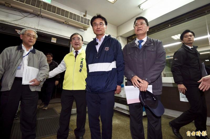 農委會主委陳吉仲(中)與農糧署長胡忠一(左二)出面譴責不實傳言。(資料照)。