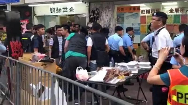 為示威者低價提供護具、物資而成立的攤販「國難五金」,昨日開店活動遭港警搜索,時間長達2小時。(圖取自國難五金臉書)