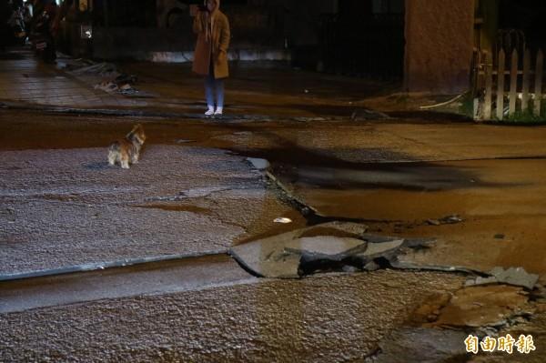 花蓮地區6日深夜傳出大地震,市區地面都裂開(記者王錦義攝)