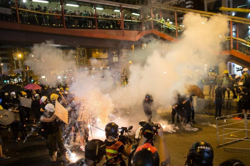 香港721反送中示威遊行,警方發射催淚彈、橡膠子彈,雙方爆發衝突。(歐新社)