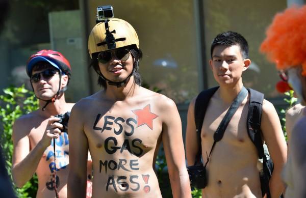 最早的裸騎單車遊行組織是在2004年創立,最初除了是要呼籲大眾關注單車騎士的權益,也有抗議對石油的依賴的用意。(法新社)