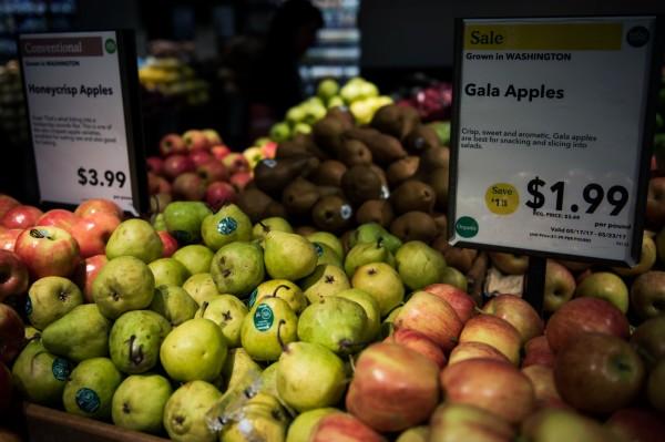 美國加州大學河濱分校研究指出,身材如蘋果狀較不健康,像梨般「上窄下寬」較佳。圖為蘋果與梨。(彭博)