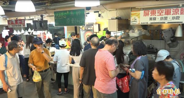 到用餐期間排隊人潮湧現,讓市場格外熱鬧。(記者張家寶攝)
