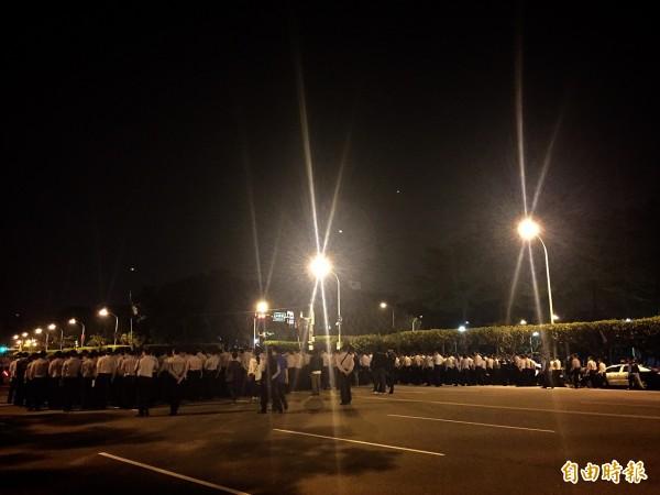 警察手勾手圍成人龍逼退學生。(記者吳張鴻攝)