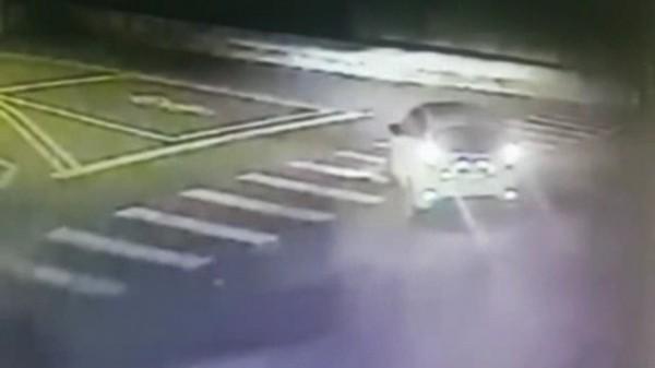 林岑等4名嫌犯當時駕駛白色轎車逃逸。(記者姜翔翻攝)