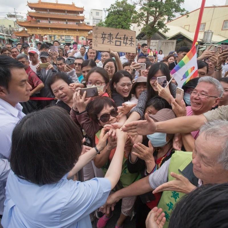 蔡英文今晚在臉書發文,她表示,「今天台灣社會往前跨出了一步,這是很多很多人,辛苦努力後一起跨出的一步」。(擷取自蔡英文臉書)