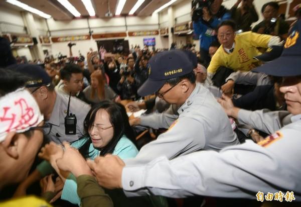 勞工代表與警方全面爆發肢體衝突,陳瑩和絕食勞工也於推擠中一度昏厥。(記者方賓照攝)