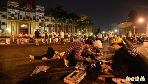 民眾在總統府前生火烤肉。(記者王藝菘攝)