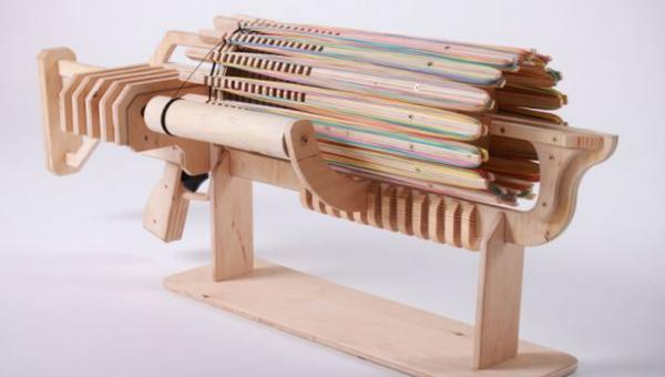 烏克蘭高手製作的「木製格林機槍」,可以一口氣連續擊出672發「橡皮筋」。(圖片擷取自每日郵報)