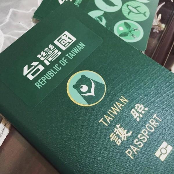 台中市默契咖啡店老闆陳致豪日前設計出一款「護照貼紙改造組」,以「台灣國」(Republic of Taiwan)3字取代「中華民國」,以及6款具台灣意象的圖樣取代護照上的國徽,非常受到歡迎。(圖擷自陳致豪臉書)