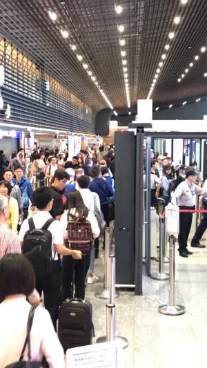桃機又傳出疑似電腦當機,許多遊客被卡在通關處。(讀者提供)