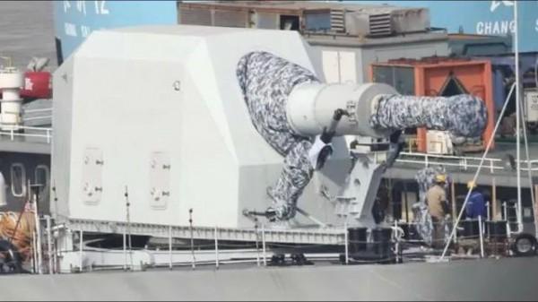 中國在軍艦上安裝電磁軌炮宣稱通過實測,藉由媒體誇耀軍武科技躍進。(圖擷取自微博)