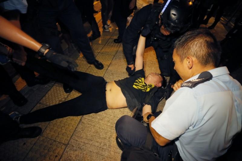 示威者遭強勢拖走。(美聯)