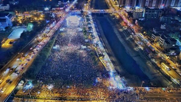陳其邁趁勝追擊,今晚在岡山舊黃昏市場空地,舉辦「1118超級星期天」造勢晚會,支持民眾熱情,盛況空前,現場達十萬多人。(陳其邁陣營提供)
