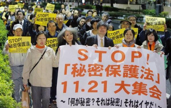 針對即將通過的「特定秘密保護法」,破萬日本民眾連續2日齊聚首相官邸抗議。(法新社)