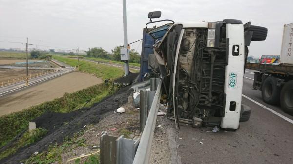 國道一號嘉義路段南下266.5K處,今(6日)下午發生砂石車擦撞轎車後失控翻覆事件。(民眾提供)
