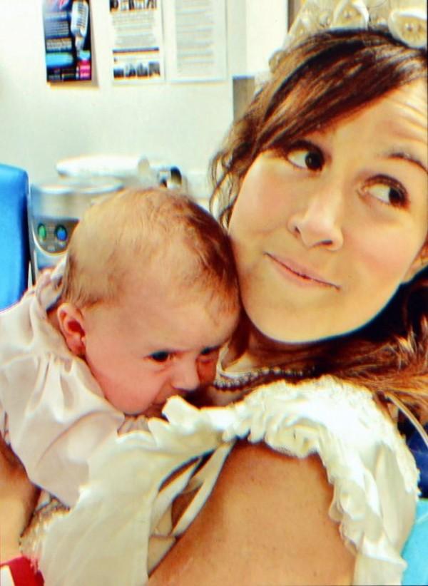 蜜雪兒抱著2人才剛生下的愛的結晶,表情洋溢著滿滿的幸福。(圖片擷取自鏡報)