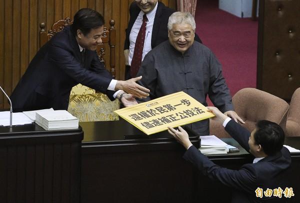 時代力量立委黃國昌(右)將寫有「還權於民第一步」的手舉牌,交給立法院長蘇嘉全。(記者陳志曲攝)