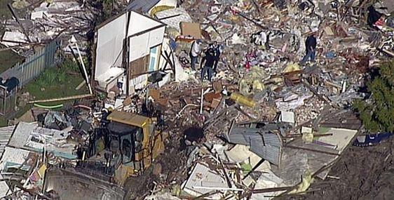 澳洲一名男子開著偷來的推土機,摧毀了一棟民宅,案發現場十分混亂。(圗擷取自9NEWS)