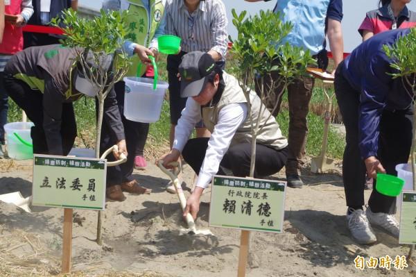 行政院長賴清德親手植樹,呼籲國人支持造林防治揚塵。(記者林國賢攝)