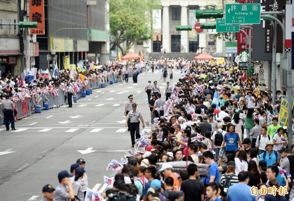 位在站前路的民眾正準備迎接台灣英雄。(記者朱沛雄攝)
