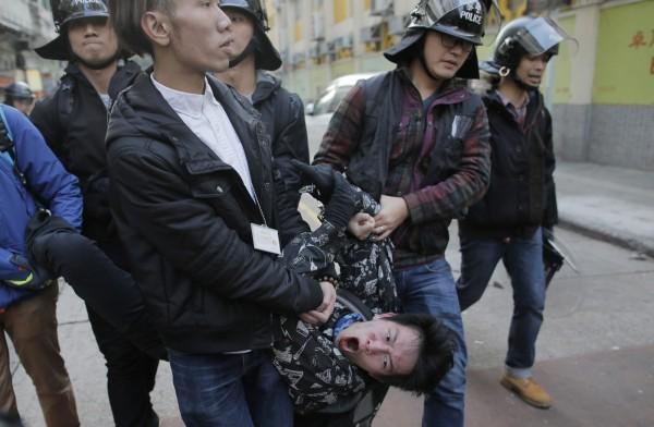 在香港旺角發生的警民衝突中,不斷有抗議民眾遭警方逮捕。(美聯社)