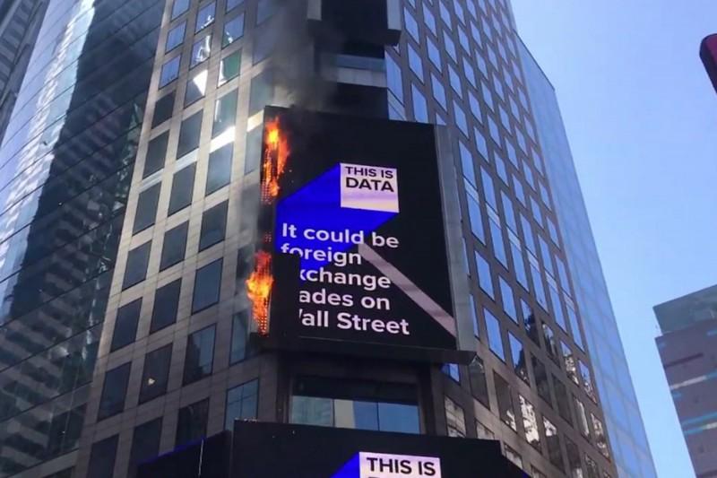 美國紐約時代廣場的電子廣告招牌突然起火。(美聯社)
