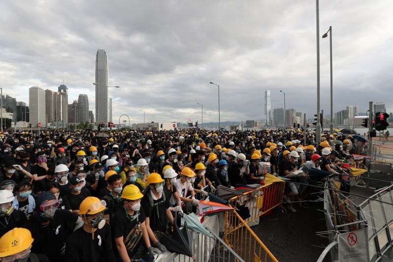 香港民眾在立法會外抗爭。(歐新社)