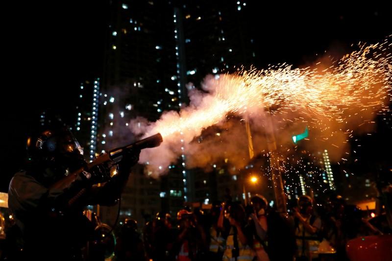 香港824再爆街頭抗爭,警催淚彈清場。(路透)
