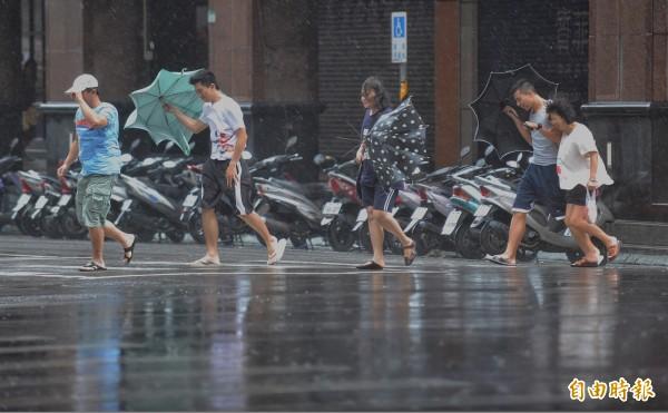 「台灣颱風論壇」昨天也分析過,台灣西半邊風勢強大是因「狹管效應」與「沿山噴流」相互作用而成。(記者劉信德攝)