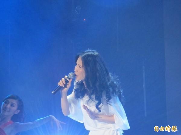 台灣優質生命協會「愛傳承關懷演唱會」今天在新莊體育館溫馨登場,多位藝人輪番上台獻唱。(記者郭顏慧攝)