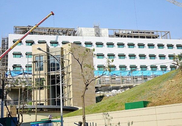 The complex being built to house the American Institute in Taiwan is pictured in Taipei's Neihu District yesterday. Photo: Chang Chia-ming, Taipei Times