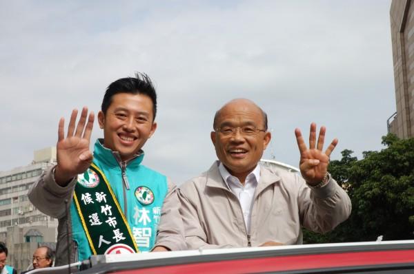 蘇貞昌(右)再到新竹市陪同林智堅掃街拜票,對於柯P契約說,蘇貞昌認為,民進黨可以大器一點,不要什麼都限制柯文哲,且民進黨也沒有這個意思。(記者蔡彰盛攝)