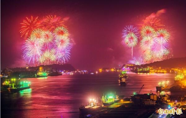 高雄燈會藝術節開幕,西子灣綻放璀璨煙火秀讓人驚嘆,從海洋帝寶鳥瞰山海河美景的「大港花火秀」最能感受氣勢磅礴的震撼。(記者張忠義攝)