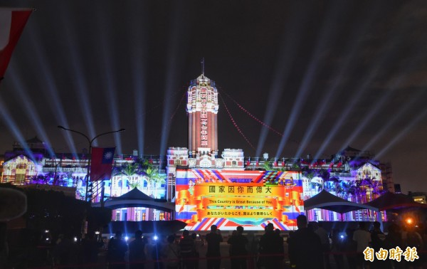 明日是雙十國慶,蔡英文總統將發表國慶演說,強調,「求穩、應變、進步」就是當前因應變局的關鍵,圖為「TAIWAN共好-中華民國107年國慶‧總統府建築光雕展演」。(記者方賓照攝)