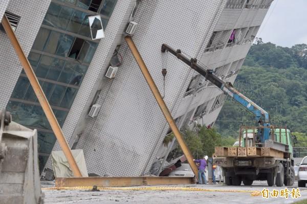 雲門翠堤嚴重傾斜恐隨時崩塌,4大鋼架支撐。(記者黃耀徵)
