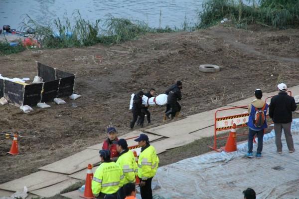 復興空難發生至今進入第九天,搜救人員在成功橋下找到最後一名失蹤者遺體。(記者謝君臨攝)
