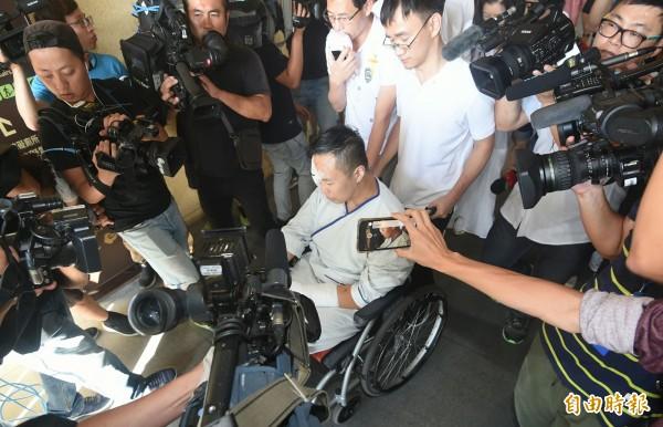 富少游瀚甯出席遭撞死工人張松祥告別式,成為媒體包圍焦點。(記者廖振輝攝)