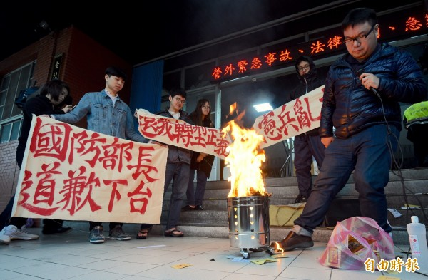 台北憲兵隊今晚至台北地檢署告發抗議群眾,涉犯污辱公署罪,目前台北地檢署已由內勤檢察官受理。(記者羅沛德攝)