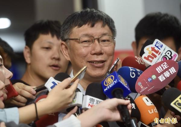 台北市長柯文哲昨晚間現身全民幸福政黨大聯盟3週年慶典,被質疑是為了拉攏藍營,柯文哲今受訪時僅重申「朋友要多、敵人要少」,當然是去爭取最多人支持,不管是藍的、綠的、白的。(記者簡榮豐攝)