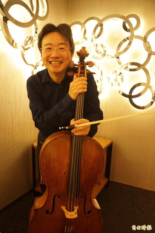大提琴家張正傑點子多,被稱為「音樂頑童」,下月在高雄舉辦的「極端對比」音樂會,挑選3組6位極端對比的音樂家作品為曲目。(記者黃佳琳攝)