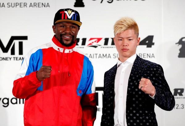 美國「不敗拳王」梅威瑟(左)飛到東京,與日本年輕拳手那須川天心(右)合影,被麥葛雷格酸在拍《尖峰時刻5》嗎?(路透)