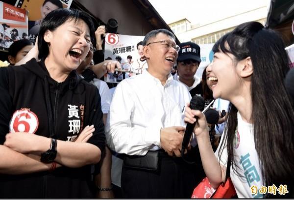 台北市長柯文哲15日至內湖傳統市場掃街拜票時巧遇高嘉瑜,當時高嘉瑜不顧一旁有其他議員參選人,劈頭就問,「市長,議員你支持幾號?」讓柯文哲相當尷尬。(資料照)