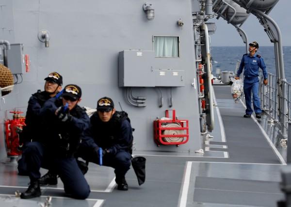 有船員在演練,有人則負責打掃。(路透)