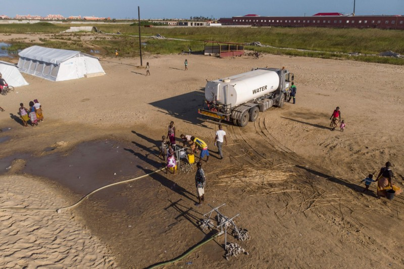 辛巴威有超過200萬居民缺乏乾淨水,只能去溪邊或井邊取水。(法新社檔案照)
