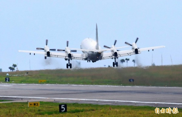 P-3C自空軍花蓮基地起飛,準備執行戰備偵巡任務。(記者游太郎攝)