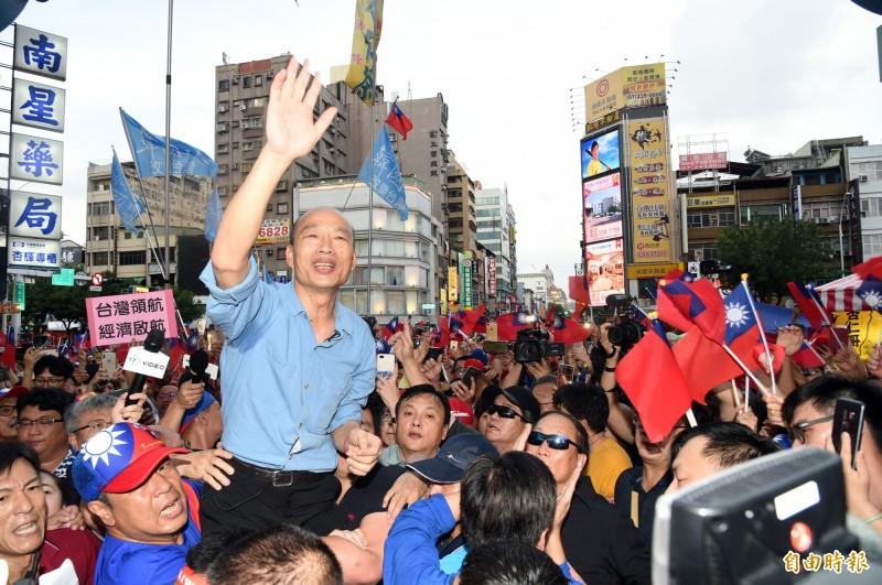 韓國瑜雖近來人氣直墜,但仍有許多「韓粉」熱情追隨。(資料照)