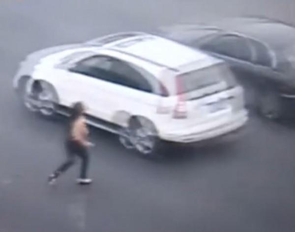 中國北京上月28日一名女子疑似因研究所考試連連失利,當街崩潰全裸狂奔。(擷取自《北京電視台》)